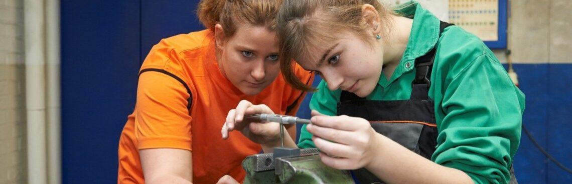 Durch das Projekt FiT (Frauen in technischen Berufen) möchten wir  das Berufswahlspektrum von jungen Frauen erweitern. Mach mit' und probier aus, ob dir etwas Technisches Spaß macht!